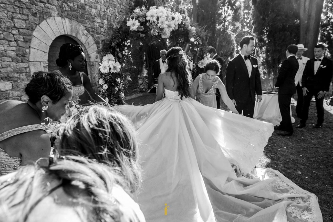 les témoins déploient la traîne de la mariée