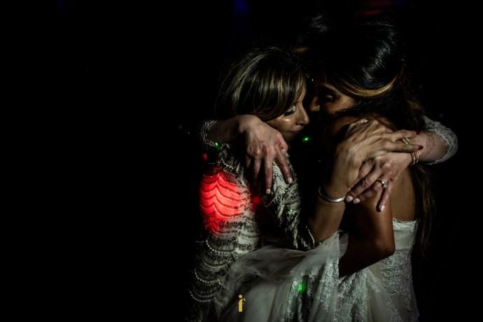 émotion totale entre la mariée et sa maman