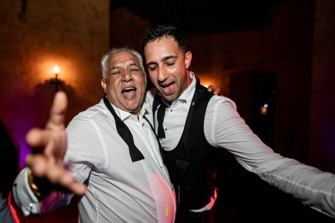 père et fils dansent ensemble