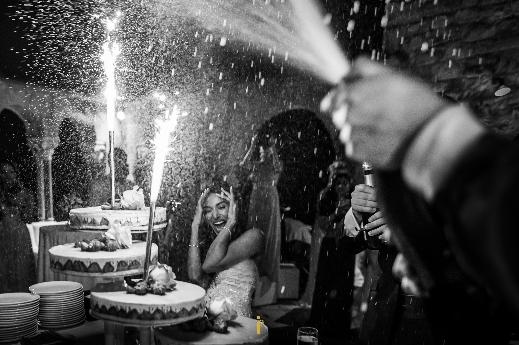 la mariée se protège du champagne qui tome sur elle