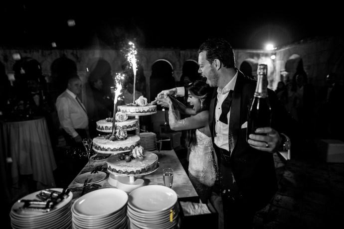les mariés remplissent les coupes de champagne