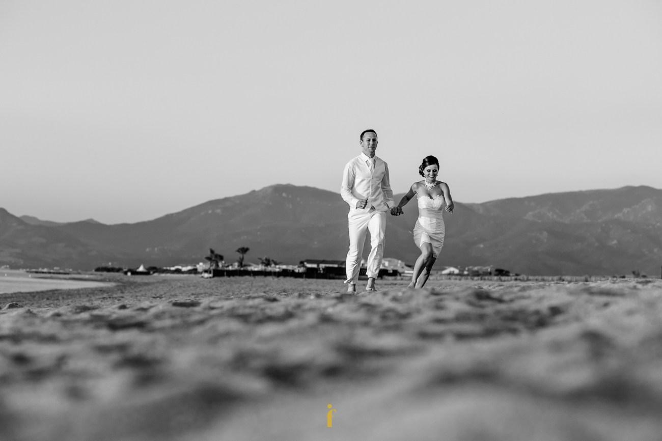 les mariés sur le sable de la plage