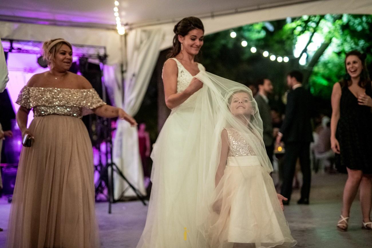 la petite fille sous la robe de la mariée