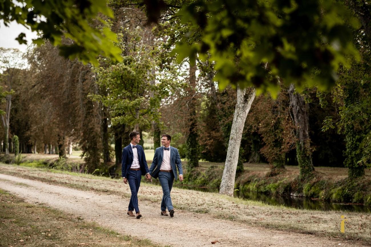 les mariés marchent vers le lieu de la cérémonie