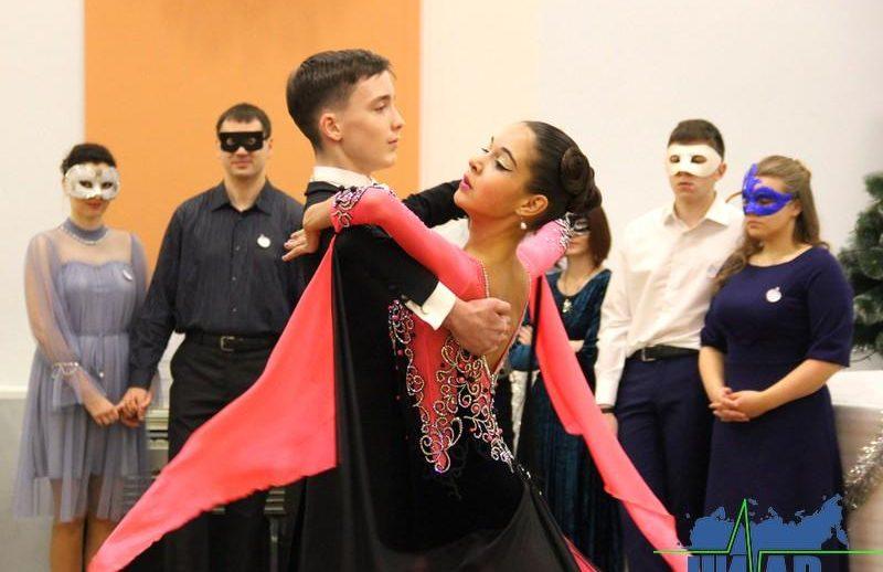 В Ивангороде впервые прошел новогодний молодежный бал (фото)