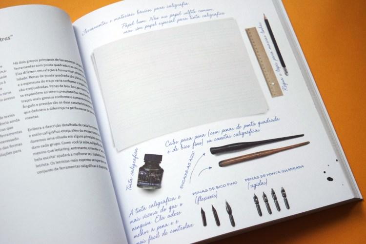 Trecho do livro com fotos dos materiais (penas, cabos, tintas e papéis)
