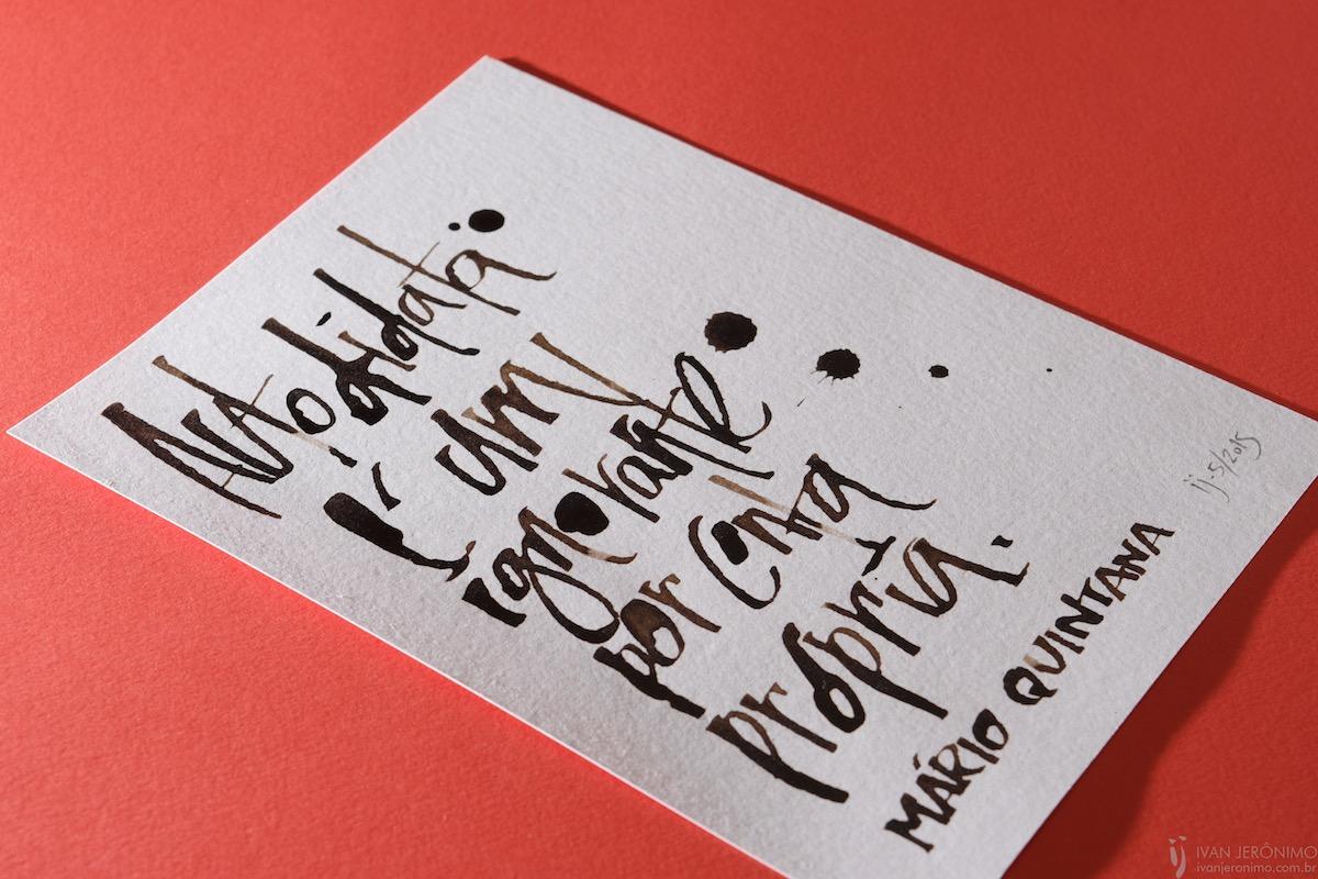 Trabalho de caligrafia sobre papel branco