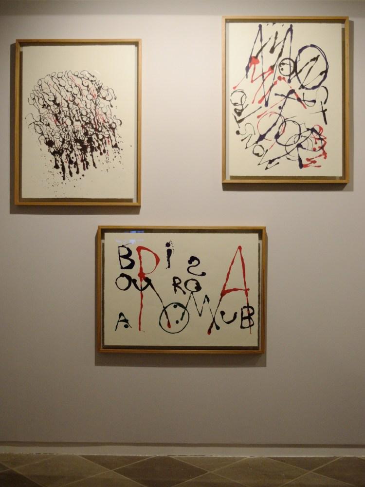 Parede com três obras da série Caligrafias