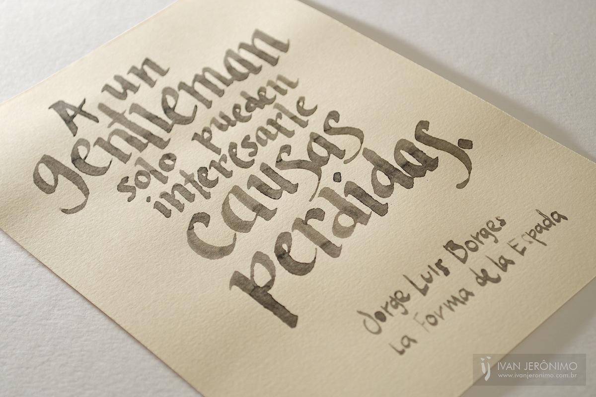 """Caligrafia com citação onde se lê """"A un gentleman solo pueden interesarle causas perdidas"""""""