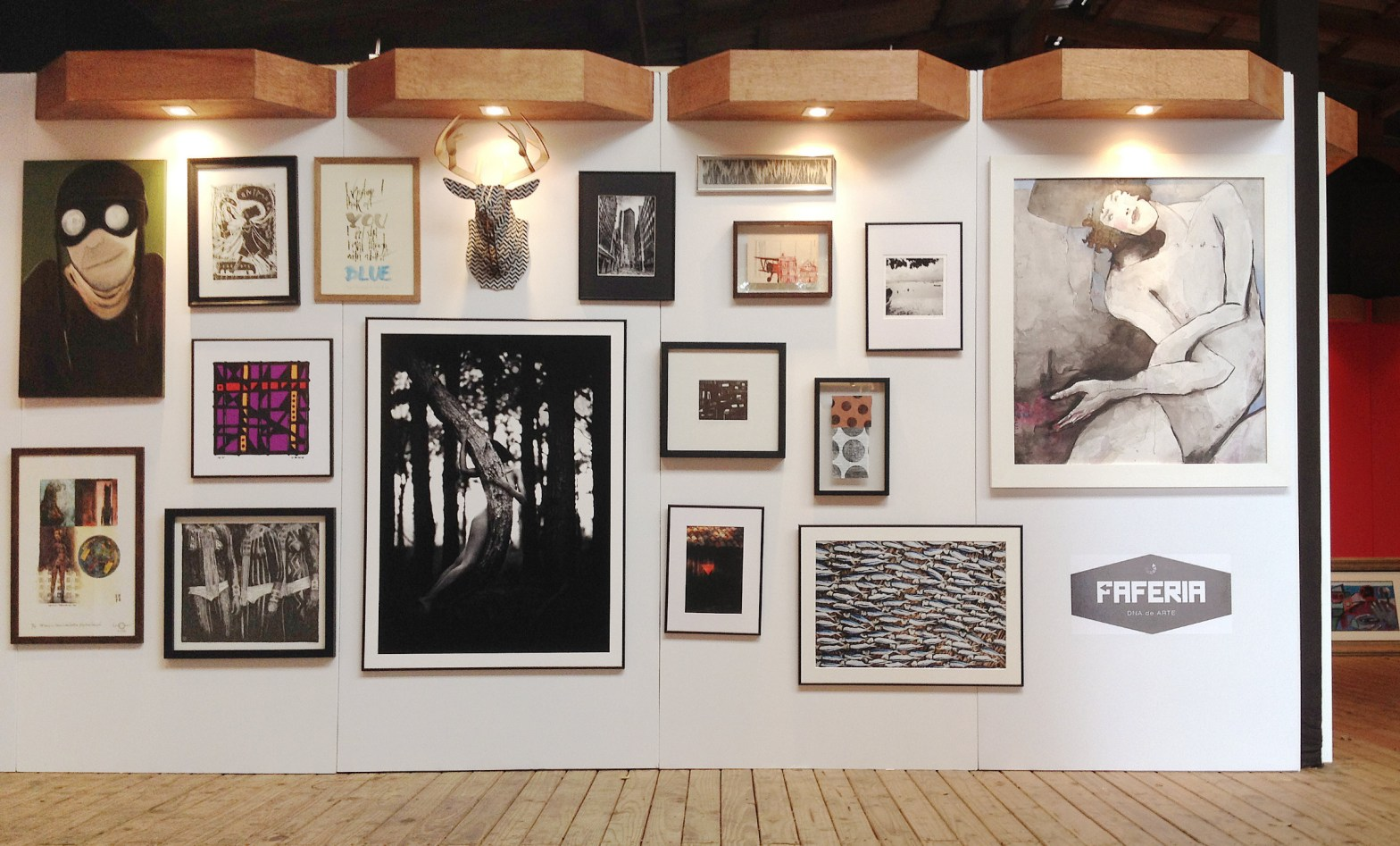 Parede na Mosq com obras de artistas representados pela Faferia DNA de Arte