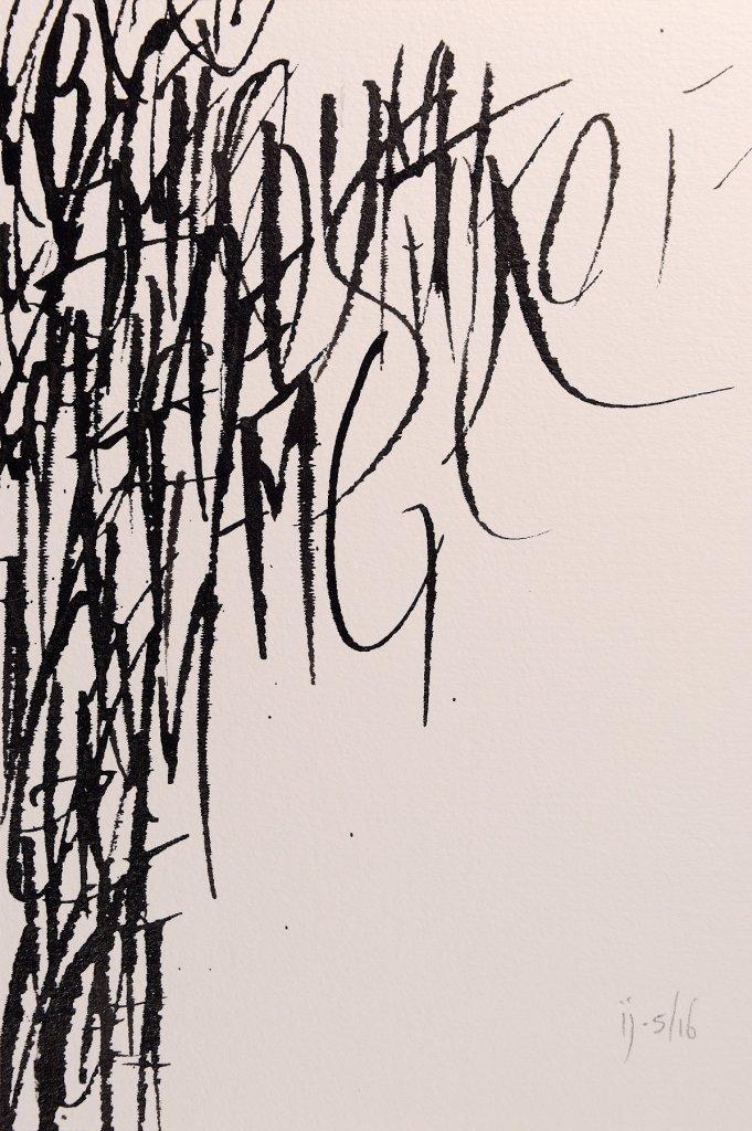 Trabalho de caligrafia sobre papel em que pedaços de letras se concentram na margem esquerda e vão desaparecendo em direção à margem oposta