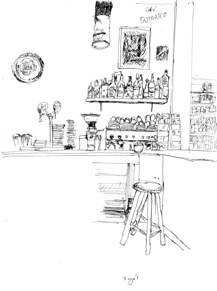 Desenho a traço mostrando outro ponto do balcão com banco em primeiro plano e ao fundo, máquina de café e garrafas de bebidas