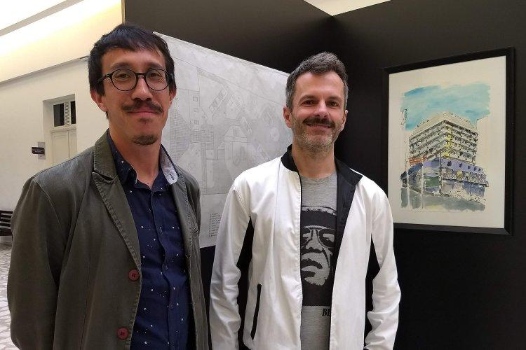 Autor Ivan Jerônimo e Sandro Clemes em frente à obra do autor na exposição no Museu da Escola Catarinense