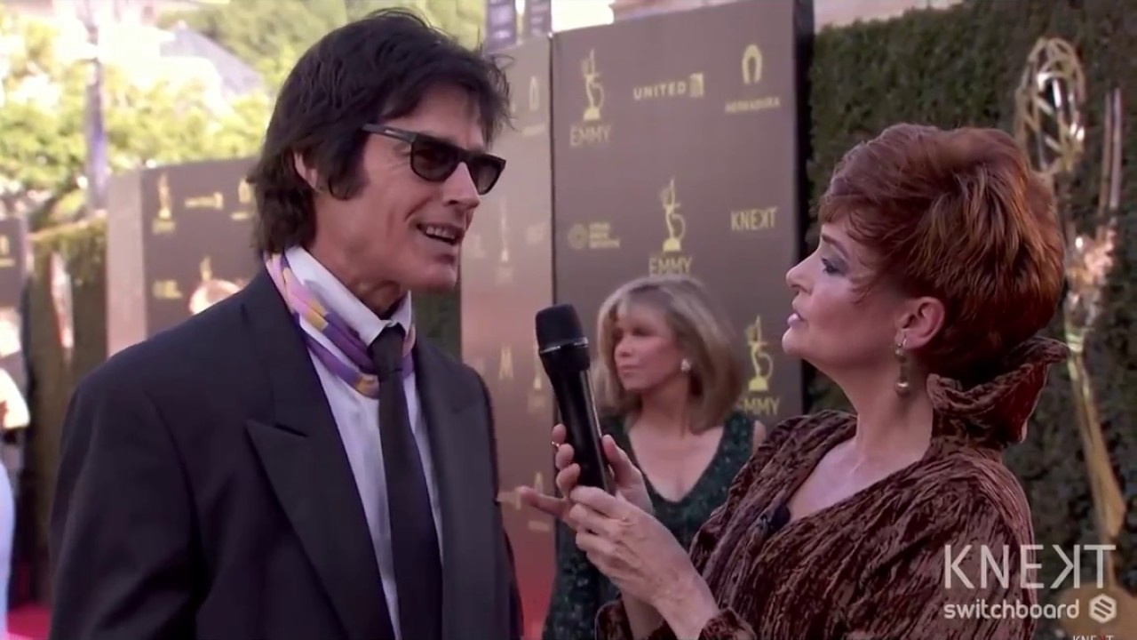 Carolyn chats with Ron Moss and introduces her Ivey Abitz dress.