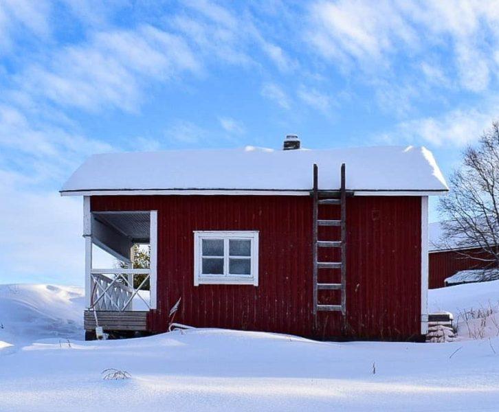 casetta rossa sul lago inari