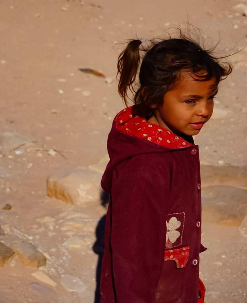 bambina a petra in giordania