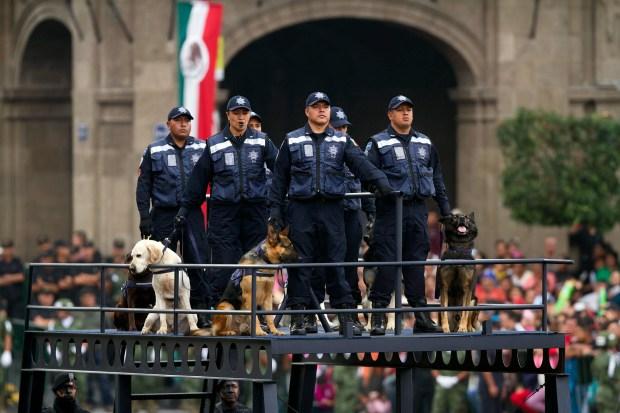 50916108. México, 16 Sep (Notimex- Isaías Hernández).- Con la participación de 12 mil 442 integrantes del Ejército, la Armada y la Fuerza Aérea, se realizó el desfile militar conmemorativo del 205 aniversario del inicio de la Independencia de México NOTIMEX/FOTO/ISAIAS HERNANDEZ/IHH/POL/PATRIA15