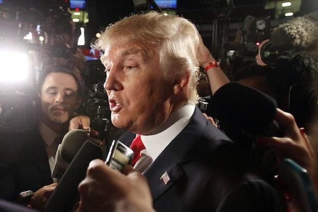 CLE100. CLEVELAND (OHIO), 06/08/2015.- Donald Trump es visto hoy, jueves 6 de agosto de 2015, momentos previos antes del foro y debate de candidatos republicanos para la presidencia de Estados Unidos en el Quicken Loans Arena en Cleveland, Ohio (Estados Unidos). El foro y el debate de los candidatos presidenciales será el primero de muchos por venir. EFE/DAVID MAXWELL