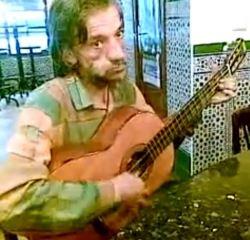 ניניו מיגל, מסומם וחולה, מנגן על שלושה מיתרים