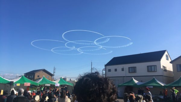 ブルーインパルス 飛行機雲