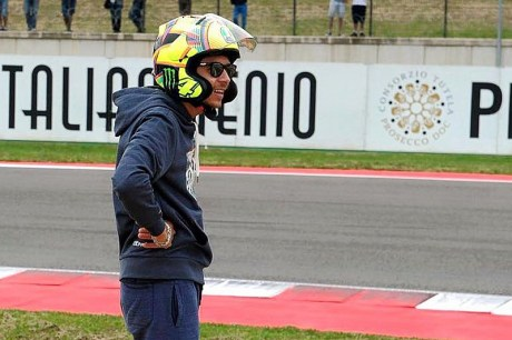 wsbk-misano-2016-valentino-rossi-wearing-an-arai-helmet-camouflaged-as-an-agv