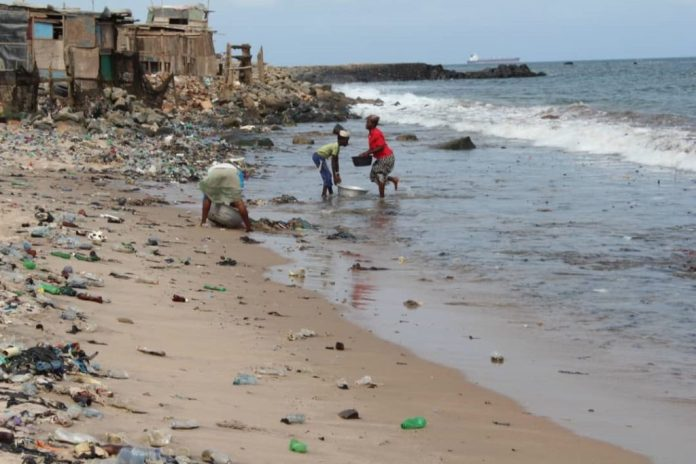 Residents of Tema Newtown fetch water from polluted beach. Pic credit: Jackline Favour