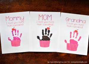 Mother's Day cupcake handprint with free printables! For Mommy, Mom or Grandma!