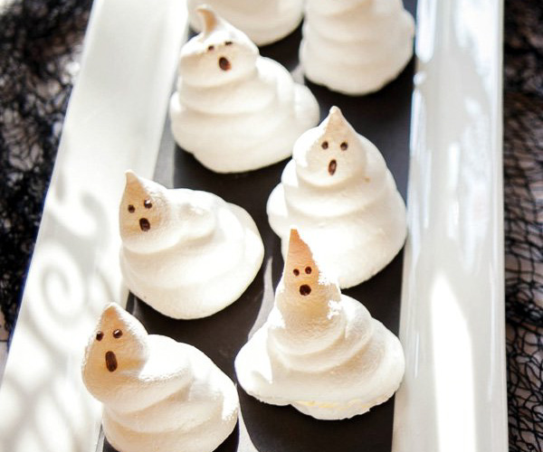 Meringue ghosts - black and white Halloween party ideas