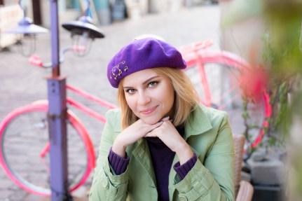 Dziewczyna we fioletowym berecie, ul. Wzgórze BB