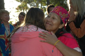 Madre Paz compatiendo el Amor con un estudiante