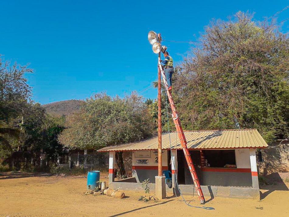 alumbrado-comunidades-zihuatanejo.jpg