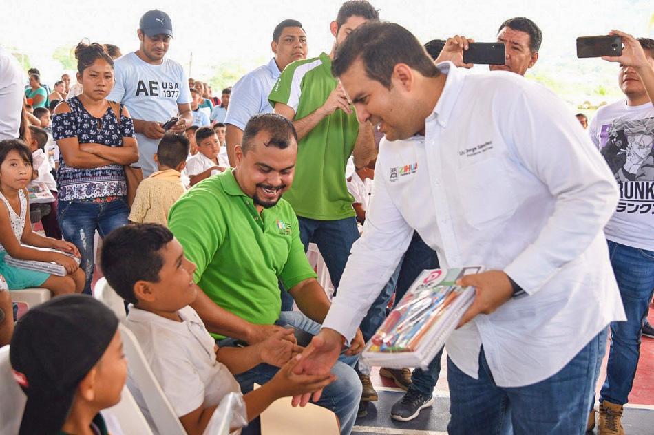 entrega-de-utiles-escolares-zihuatanejo-2019_.jpg