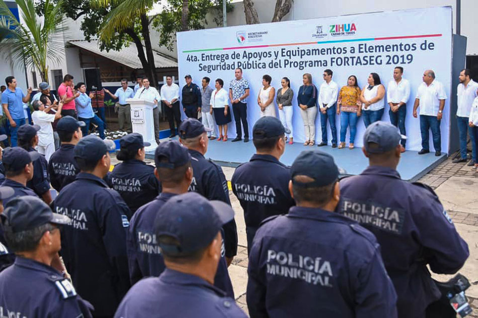 apoyos-a-policias-zihuatanejo-gro-.jpg