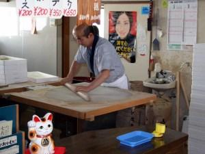 蕎麦を打っているところ:大石田町次年子の「七兵衛そば」に行く