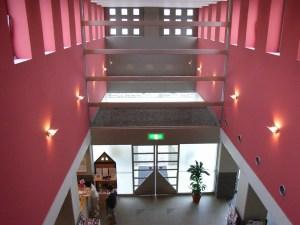 天童市美術館の二階よりエントランスを見下ろす
