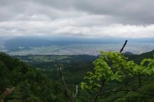 この岩棚でレインウェアに着替えて撤退:蔵王の瀧山(りゅうざん)に登ろうとするが…。