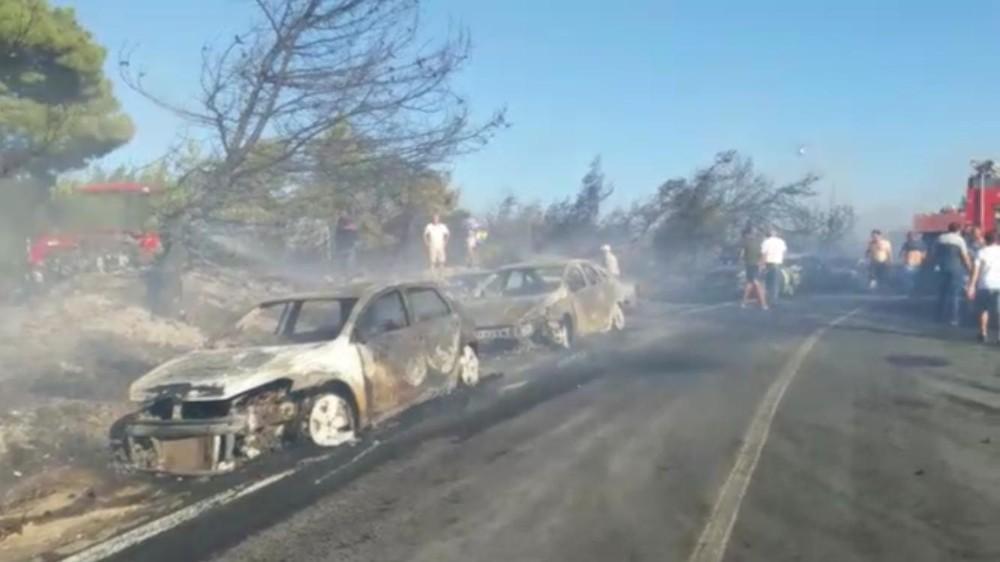 İzmir'de yangın dehşeti: Otluk alanda çıkan yangında onlarca araç alev alev yandı