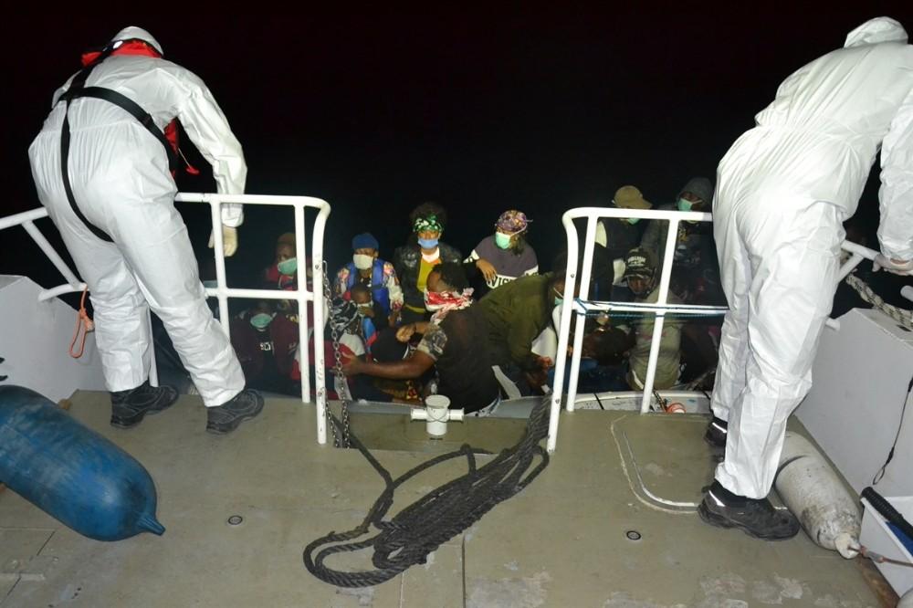 Yunanistan'ın Türk karasularına ittiği 28 düzensiz göçmen kurtarıldı