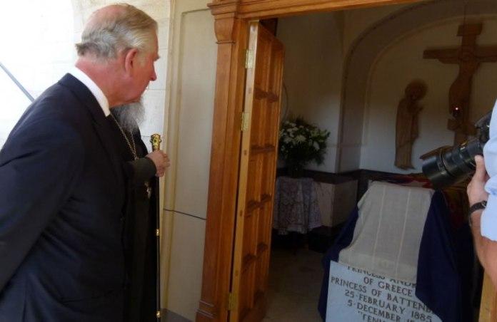 Károly trónörökös nagymamája sírjánál, fotó: a pravoszláv szinódus honlapja