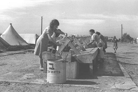 1948-as zsidó menekültek rögtönzött befogadó tábora, fotó: nemzeti fotóarchivum, Kluger Zoltán