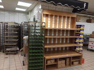 Üres péksüteményes polcok a boltban - fotó: Shiri Zsuzsa