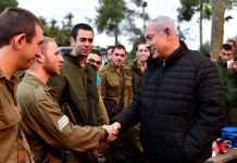 benjamin netanjahu izraeli miniszterelnok katonakkal