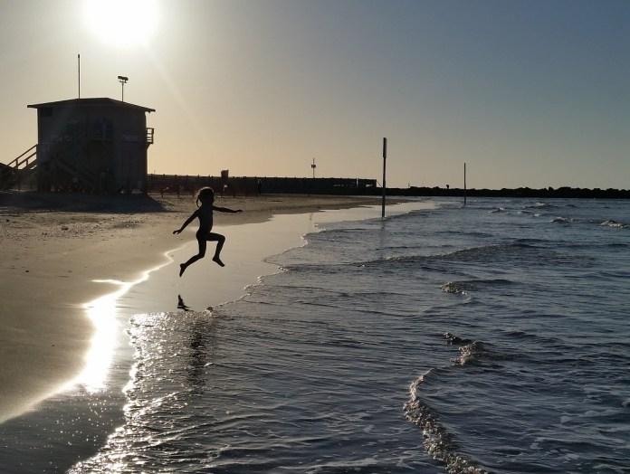 kislany fut izraeli tengerpart naplemente