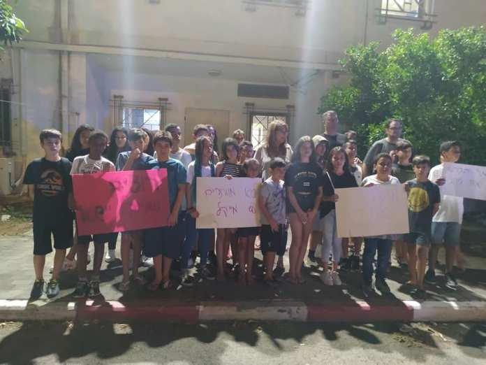 Osztálytársak tüntetnek Yehudon - fotó: Izraelinfo