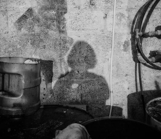 Léggömbös lány árnyképe a falon - Fotó: Bea Bar Kallos