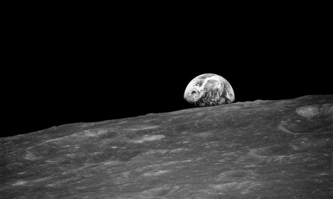 Földfelkelte a Hold horizontján. Az Apollo-8 asztronautái által készített felvétel, 1968 - fotó: NASA / CC0 Public Domain