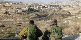 Katonák egy palesztin falu felett