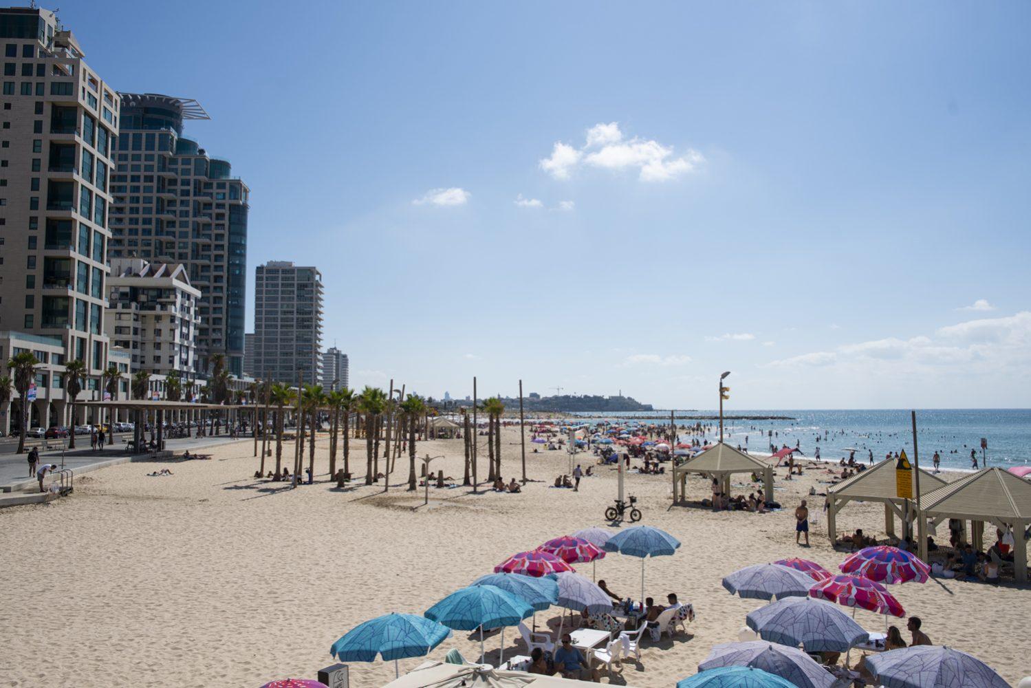 Tel-Aviv strand Yaffoval a háttérben 2019-ben - fotó: Bea Bar Kallos