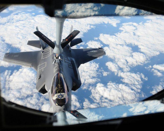 """Az izraeli F-35 """"Adir"""" üzemanyagot kap a Tennessee Légiföldi Nemzeti Gárda KC-135-től, miközben a repülőgép az Atlanti-óceán felett repül, 2016. december 6-án. Az USA-ban gyártott F-35-ek Izrael első ötödik generációs vadászrepülőgépei. és útközben többször is feltöltötték őket, hogy biztonságban jussanak Izraelbe. - fotó: Robert Sullivan / Flickr"""