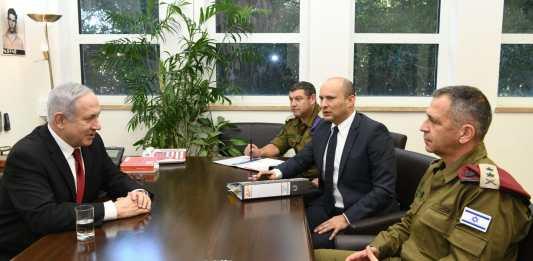 Netanjahu Bennett védelmi miniszterrel és Kochavi vezérkari főnökkel - fotó: GPO